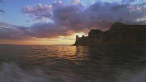 De zonsonderganghemel van een boot stock video