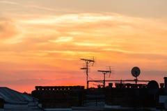 De zonsonderganghorizon van Londen in voorsteden Stock Foto