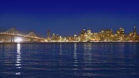 De zonsonderganghorizon van San Francisco in Californië met bezinning in baaiwater stock video