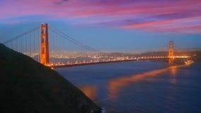 De zonsonderganghorizon van San Francisco in Californië met bezinning in baaiwater stock videobeelden