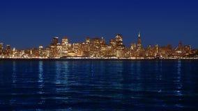 De zonsonderganghorizon van San Francisco in Californië met bezinning in baaiwater stock footage