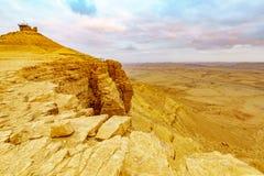 De zonsondergangmening van Makhtesh-krater Ramon met Kameel zet vooruitzicht op royalty-vrije stock afbeeldingen