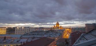 De zonsondergangpanorama van heilige Petersburg stock foto's