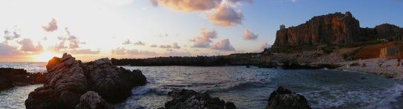 De zonsondergangpanorama van het strand Stock Afbeeldingen