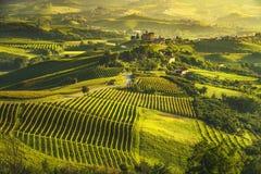 De zonsondergangpanorama van Langhewijngaarden, Grinzane Cavour, Unesco-Plaats, Piemonte, Noordelijk Italië stock afbeeldingen