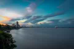De zonsondergangrivier van Rosario, Argentinië, Zuid-Amerika Een werkelijk kleurrijke stad stock foto's