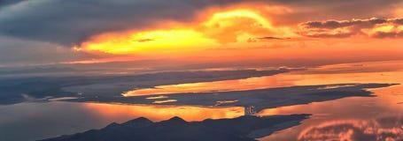 De Zonsondergangsatellietbeeld van Great Salt Lake van vliegtuig die in Wasatch Rocky Mountain Range, cloudscape en landschap Uta stock foto's