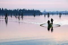 De zonsondergangsilhouet van Venetië van mensen het roeien Royalty-vrije Stock Foto