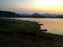 De zonsondergangverlichting van de damphetchaburi van Kaeng Krachan stock foto