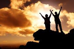 De zonsondergangwandelaars van de berg Stock Afbeeldingen