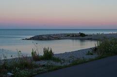 De zonsondergangzonsopgang van de meerkust met rotsen Royalty-vrije Stock Foto