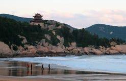 De zonsopgang bij 1000 Stappenstrand, zet Putuo-eiland, China op Stock Afbeelding