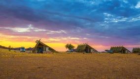 De zonsopgang boven kleine chalets van een woestijn brengt dichtbij Sossusvlei in Namibië onder stock fotografie