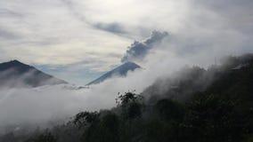 De zonsopgang boven Meer Batur behandelde met Wolken en zet Agung Erupting Smoke op - dat vanaf Bovenkant van Onderstel Batur in  stock video