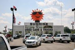 De zonsopgang gebruikte Auto en de Vrachtwagen verkoopt het Handel drijven Stock Foto's