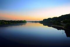 De zonsopgang komt over Saone-saone van rivier volgende Villefranche sur, Frankrijk Stock Afbeelding