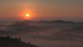 De zonsopgang met een mist in de winter Stock Afbeelding