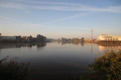 De zonsopgang met gekleurde vliegtuigen sleept, mist op de weiden en bij Rivier Hollandsche IJssel royalty-vrije stock fotografie