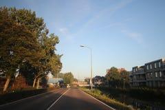 De zonsopgang met gekleurde vliegtuigen sleept, mist op de weiden en bij Rivier Hollandsche IJssel royalty-vrije stock afbeelding