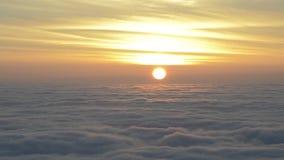De zonsopgang met wolken beweegt zich snel stock footage