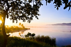 De zonsopgang op het meer bij wangnahmyen Royalty-vrije Stock Foto's