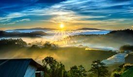 De zonsopgang over helling als zon die van horizon toenemen wijst op lichte heldere gele hemel royalty-vrije stock afbeeldingen