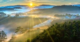 De zonsopgang over helling als zon die van horizon toenemen wijst op lichte heldere gele hemel royalty-vrije stock foto