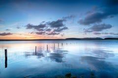 De zonsopgang over het Crowdy-Reservoir op Bodmin legt vast royalty-vrije stock afbeelding
