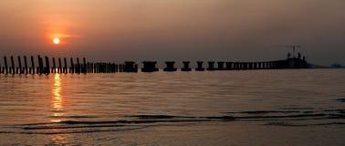 De zonsopgang over overbrugt in aanbouw stock afbeelding