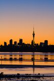 De Zonsopgang Sillhouette van de Stad van Auckland Royalty-vrije Stock Afbeeldingen