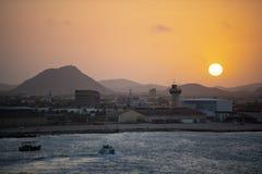 De Zonsopgang van Aruba over Onderstel Hooiberg stock foto's