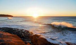 De zonsopgang van de kustlijngolf Royalty-vrije Stock Fotografie