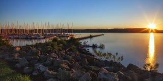 De Zonsopgang van de meerstad Stock Afbeeldingen