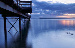 De zonsopgang van de winter op een pijler Stock Fotografie