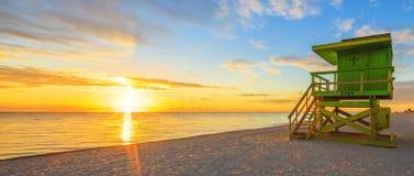 De zonsopgang van het het Zuidenstrand van Miami en badmeestertoren royalty-vrije stock foto's