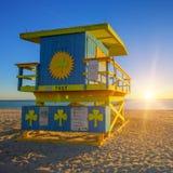 De zonsopgang van het het Zuidenstrand van Miami met badmeestertoren stock afbeelding