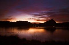 De Zonsopgang van het Meer van de berg stock foto's
