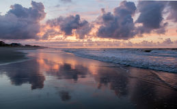 De Zonsopgang van het strand stock afbeeldingen