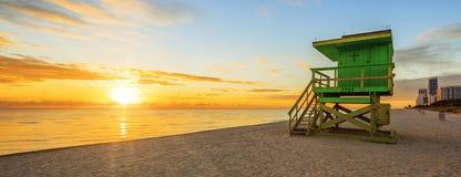 De zonsopgang van het het Zuidenstrand van Miami met badmeestertoren royalty-vrije stock foto's
