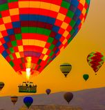 De zonsopgang van hete luchtballons het ballooning in Cappadocia Turkije stock foto