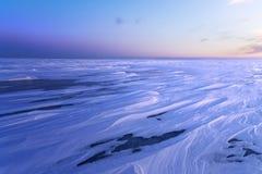 De zonsopgang van de ijswoestijn op het meer Stock Afbeelding