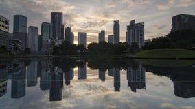 De zonsopgang van de Timelapsebezinning van de commerciële bouw stock video