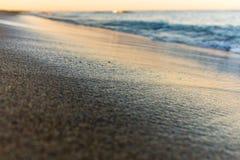 De zonsopgangkleuren over het overzees sluiten omhoog royalty-vrije stock afbeelding