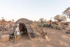 De zonsopgangmening van marionet bij met stro bedekt hut in Garas Stock Afbeelding