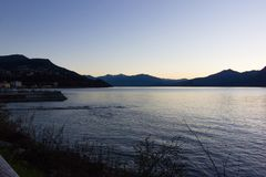 de zonsopgangverbania van de lago maggiore kust stock foto