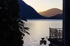de zonsopgangverbania van de lago maggiore kust stock afbeelding