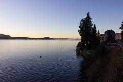 de zonsopgangverbania van de lago maggiore kust stock foto's