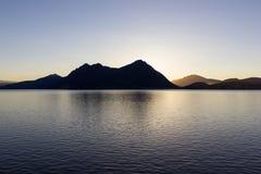 de zonsopgangverbania van de lago maggiore kust stock afbeeldingen