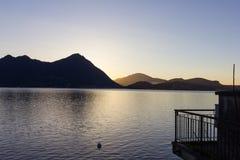 de zonsopgangverbania van de lago maggiore kust stock fotografie
