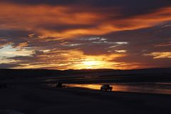 De zonstijgingen en Panga-de boten worden gelanceerd in Gr Golfo DE Santa Clara, Sonora, Mexico royalty-vrije stock foto
